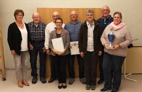 Die erfolgreiche Damen- und Herrenmannschaft der Chorvereinigung mit Urkunden und Wanderpokal